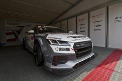 Audi Sport-Auto mit dem Beginnen von Nr. 12 in der Bühne hinter dem Vorhang stockfotos