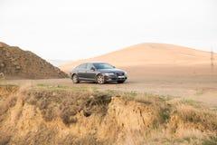 Audi A6 sul deserto di rocce Fotografia Stock Libera da Diritti