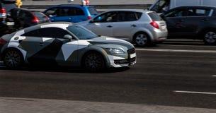 Audi TT en la ciudad imagenes de archivo