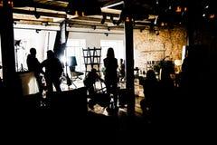 Audiciones de la película y luces y siluetas entre bastidores de lanzamiento del cuerpo Imágenes de archivo libres de regalías