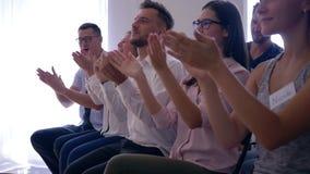 Audiencia alegre de hombres de negocios que aplauden las manos en seminario de entrenamiento acertado almacen de video