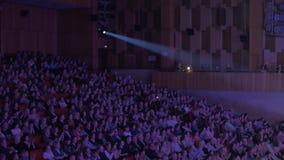 Audiencia de aplauso en teatro de película metrajes