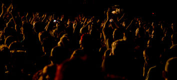 Audiencia en el concierto vivo Imagen de archivo libre de regalías