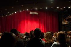 Audiencia en el juego que espera del teatro para a comenzar imagen de archivo