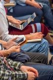 Audiencia en la conferencia usando los ordenadores portátiles imágenes de archivo libres de regalías