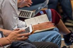 Audiencia en la conferencia usando los ordenadores portátiles fotografía de archivo