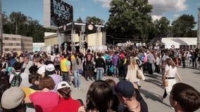 Audiencia en la etapa en festival vivo del verano Studycam asoleado almacen de metraje de vídeo