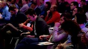 Audiencia en la sala de conferencias almacen de video