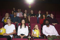 Audiencia en película de observación del cine Fotografía de archivo libre de regalías