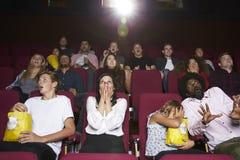 Audiencia en película de terror de observación del cine Imagenes de archivo