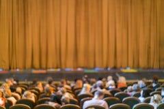 Audiencia en teatro cortina cerrada de la etapa en un teatro blurry foto de archivo