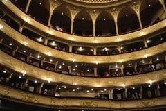 Audiencia en teatro de la ópera antes del principio del funcionamiento Fotografía de archivo libre de regalías