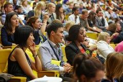 Audiencia multinacional de la juventud de juventud global al foro del negocio Fotos de archivo libres de regalías