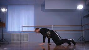 Audiencia para las danzas del empleo Una rotura inexperta el bailarín trabaja los movimientos en un breakdance Él realiza metrajes