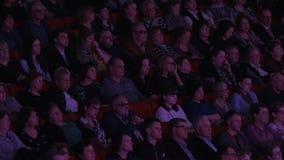 Audiencia que se sienta en una sala de conciertos y que escucha la ópera Viena - capital del mundo de la música clásica y de la ó metrajes