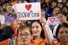 Audienve lyssnar till politiskt partianföranden, det framtida framåt partiet, ett nyligen bildat politiskt parti med herr Thanath royaltyfri bild