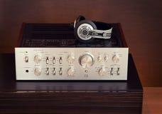 Audio amplificatore stereo d'annata con le cuffie fotografia stock