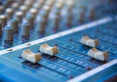 Audio attrezzatura più mixer&amplifier sana, musical acustico sano MI Immagini Stock Libere da Diritti