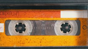Audio band De uitstekende bandrecorder speelt audio daarin opgenomen cassette stock video