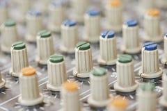 Audio bordo di mescolanza di suoni in studio Immagini Stock