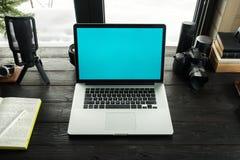 Audio/bureau de édition visuel d'espace de travail avec le Mountain View Photographie stock