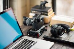 Audio/bureau de édition visuel d'espace de travail avec le Mountain View Photos stock