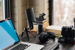 Audio/bureau de édition visuel d'espace de travail avec le Mountain View Image stock