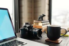 Audio/bureau de édition visuel d'espace de travail avec le Mountain View Photo stock
