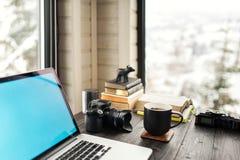 Audio/bureau de édition visuel d'espace de travail avec le Mountain View Photographie stock libre de droits