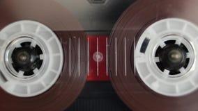 Audio cassetta che gioca le vecchie retro bobine di nastro stock footage