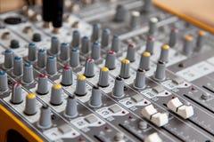 Audio comandi del bordo dell'equalizzatore del tecnico del suono dello studio Fotografie Stock Libere da Diritti