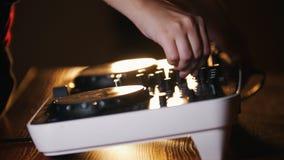 Audio console dello studio di registrazione s e una mano che tira sulle manopole video d archivio