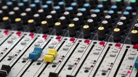 Audio console di produzione video d archivio