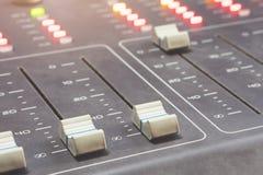 Audio console professionale di miscelazione con i faders e le manopole di regolazione - radio fotografie stock libere da diritti
