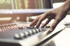 Audio console professionale di miscelazione con i faders e le manopole di regolazione - radio immagini stock libere da diritti