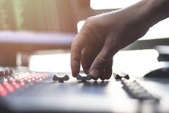 Audio console professionale di miscelazione con i faders e le manopole di regolazione - radio immagini stock