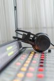 Audio consoleand e cuffie Fotografia Stock Libera da Diritti