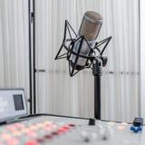 Audio consoleand e microfono Fotografia Stock Libera da Diritti