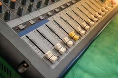 Audio controllo dell'equalizzatore del miscelatore del tecnico del suono per fondo Fotografia Stock
