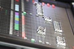 Audio correcte mixer in overleg Royalty-vrije Stock Afbeeldingen