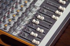 Audio cursori, faders e kno del bordo dell'equalizzatore del tecnico del suono dello studio Fotografia Stock Libera da Diritti