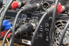Audio dźwigarka i druty łączący audio melanżer, muzyczny dj wyposażenie przy koncertem, festiwal, bar fotografia stock