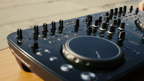 Audio de productieconsole van DJ in geluidsopnamestudio stock video