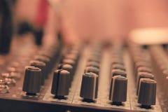 Audio del miscelatore in studio per fondo fotografie stock