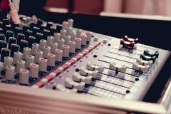 Audio del miscelatore in studio per fondo immagini stock libere da diritti