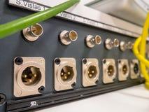 Audio en videoverbindingspaneel, XLR en BNC stock afbeeldingen
