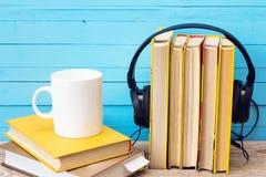 Audio książkowy pojęcie, książka, hełmofony i kawowy kubek nad drewnem, Zdjęcia Stock
