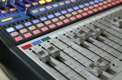 Audio manopole del miscelatore durante la trasmissione televisiva in tensione della TV Immagini Stock Libere da Diritti