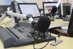 Audio manopole del miscelatore durante la trasmissione televisiva in tensione della TV Fotografie Stock Libere da Diritti