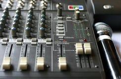 Audio miscelatore dello studio con il microfono Fotografia Stock Libera da Diritti